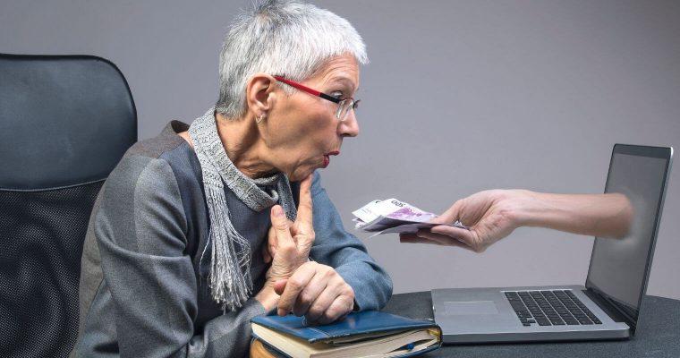Dame âgée qui se voit proposer une arnaque sur son ordinateur