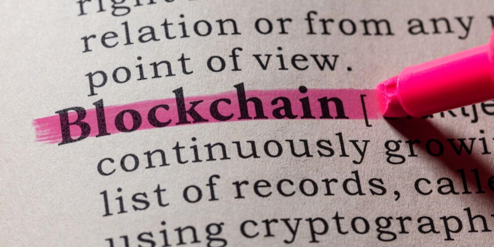 Un dictionnaire avec le mot blockchain surligné