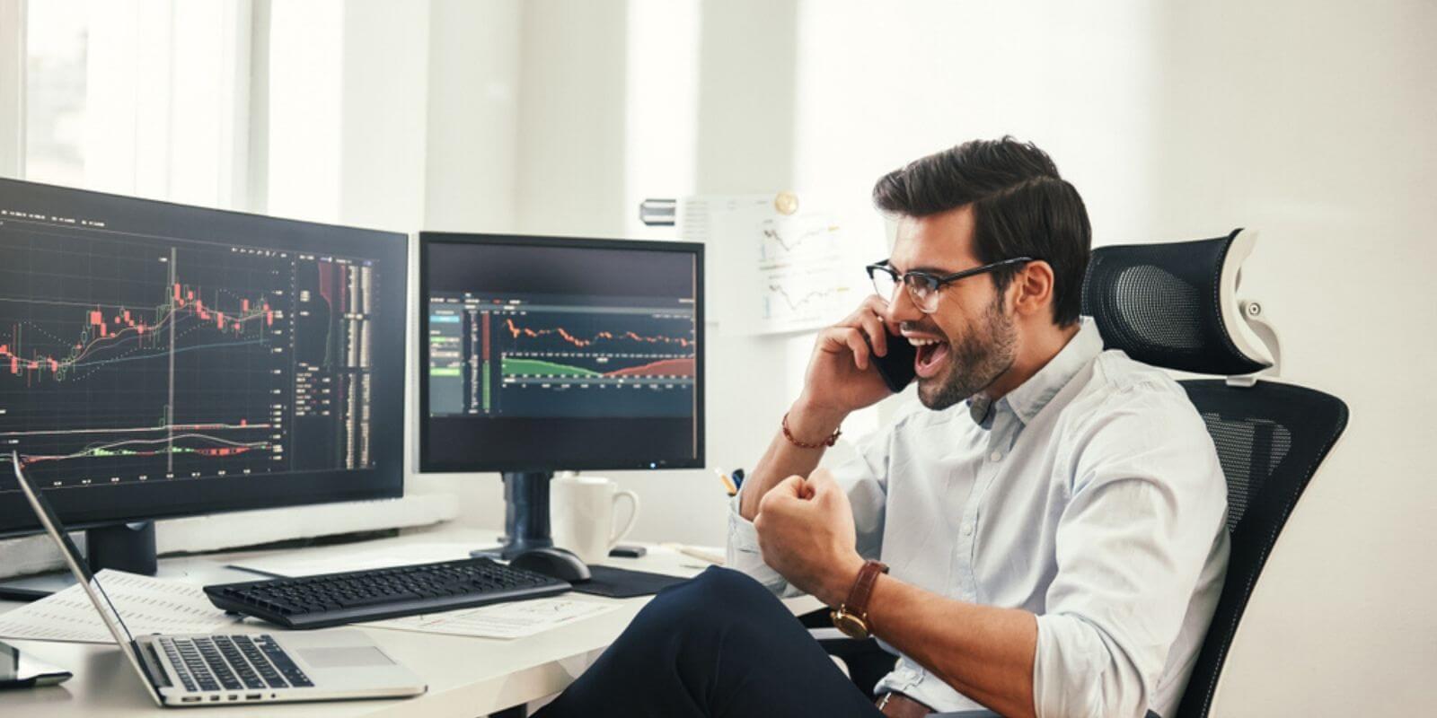 Un trader content au téléphone