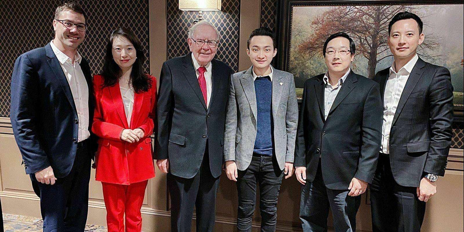 Warren Buffett dîne enfin avec Justin Sun et repart avec son premier bitcoin