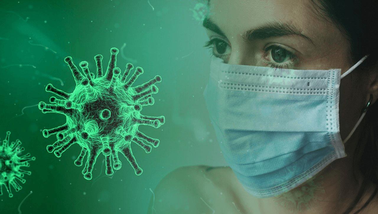 Personne avec un masque face à un virus